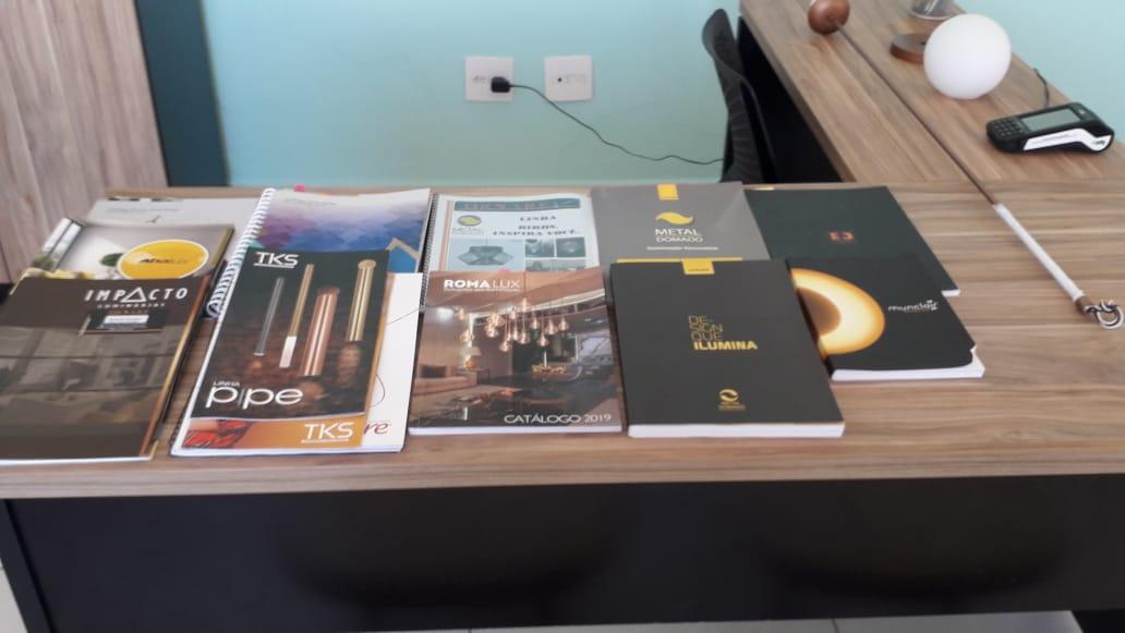 Catálogos no Escritório da Ilumini Fast